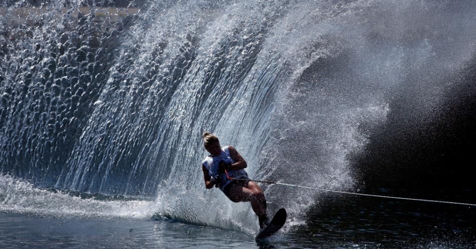 Whitney McClintock, do Canadá, durante a prova do slalom feminino do esqui aquático