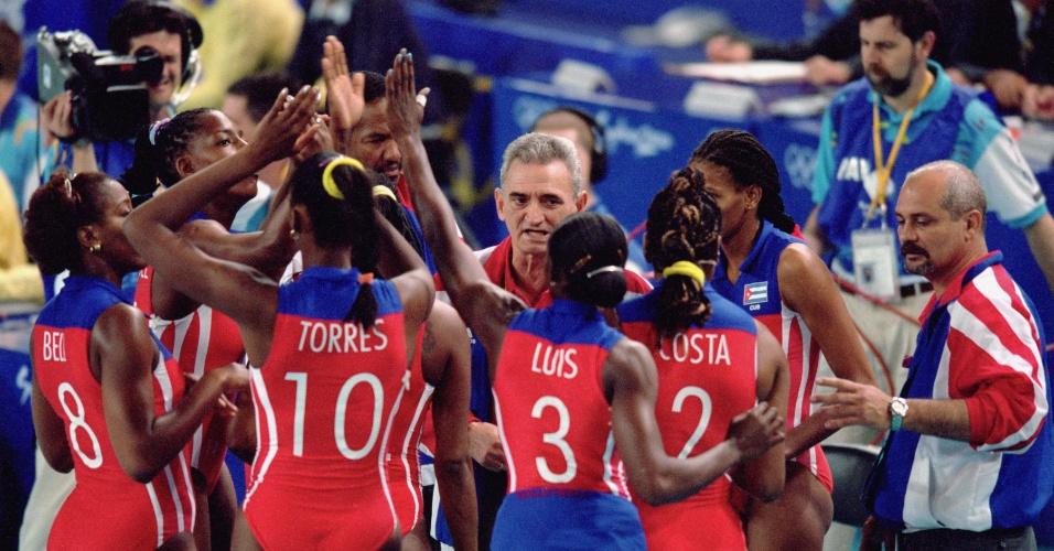 16.set.2000 - Mireya Luis e outras jogadoras cubanas se cumprimentam durante intervalo de jogo da Olimpíada de Sydney
