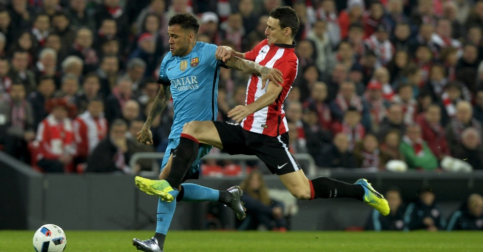Daniel Alves disputa bola na partida do Barcelona pelas quartas de final da Copa do Rei contra o Athletic Bilbao