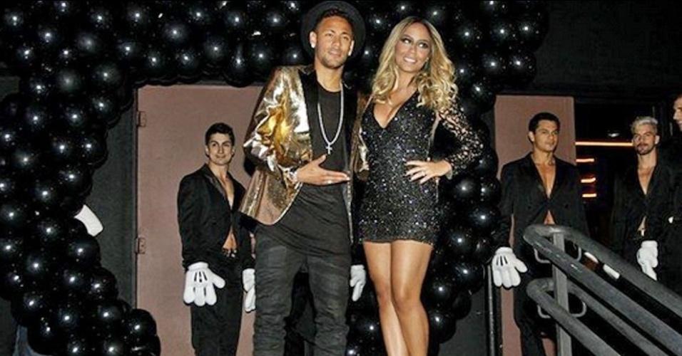 Neymar, ao lado de Rafaella, em palco da festa da irmã em uma badalada casa noturna de São Paulo
