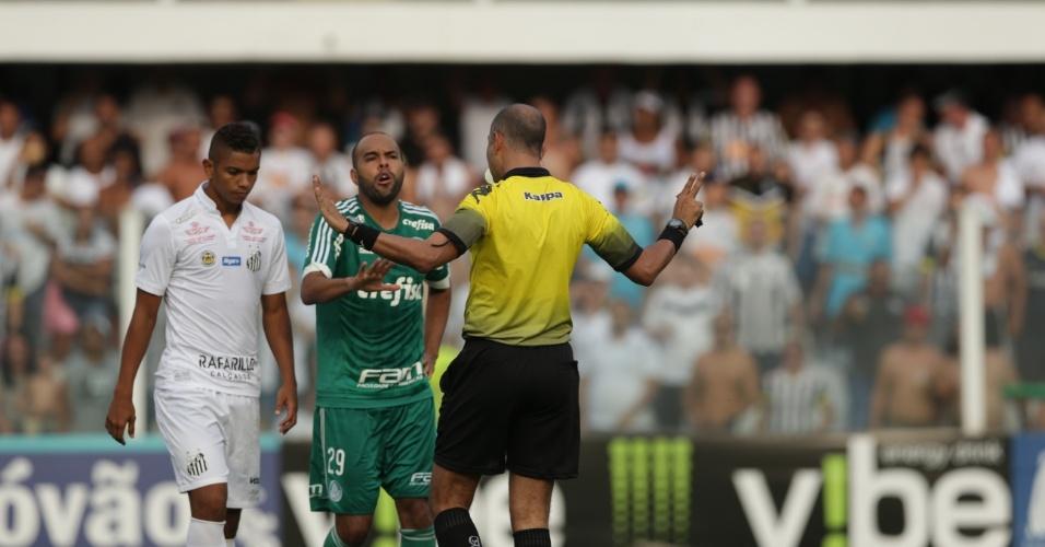 Alecsandro reclama com juiz durante o clássico contra o Santos, pelo Campeonato Paulista