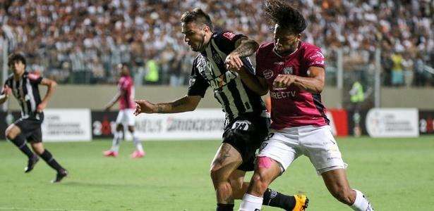 Arturo Mina marca Lucas Pratto em jogo da Libertadores, entre Atlético-MG e Del Valle