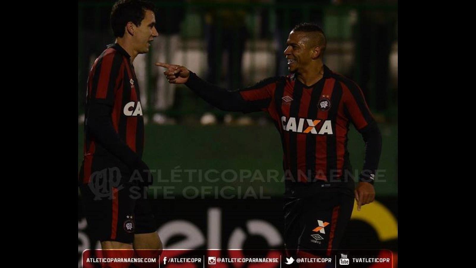 Walter comemora gol do Atlético-PR diante da Chapecoense