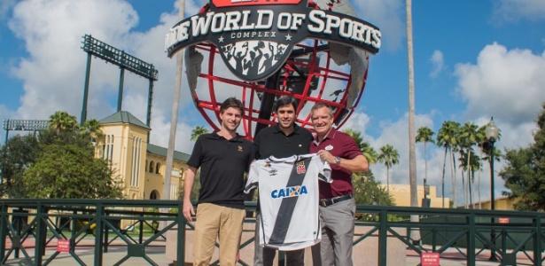 Euriquinho, filho de Eurico, com a camisa do Vasco ao lado de dirigentes do Florida Cup
