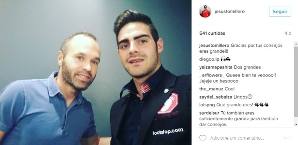 Jesus Tomillero, árbitro espanhol que assumiu ser homossexual, com o jogador Iniesta