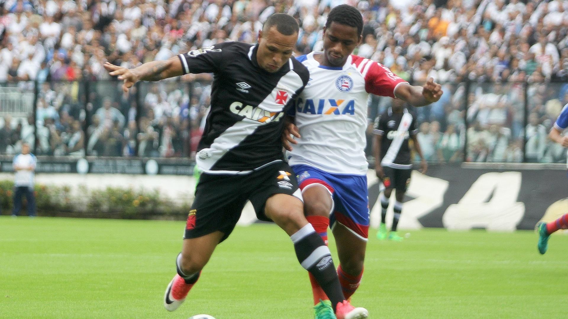 Luis Fabiano carrega a bola na partida do Vasco contra o Bahia, pelo Campeonato Brasileiro