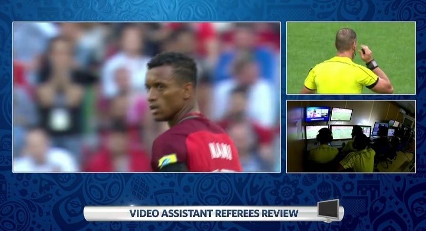 Imagem gerada pela Fifa mostra consulta de árbitro à sala de controle de vídeos