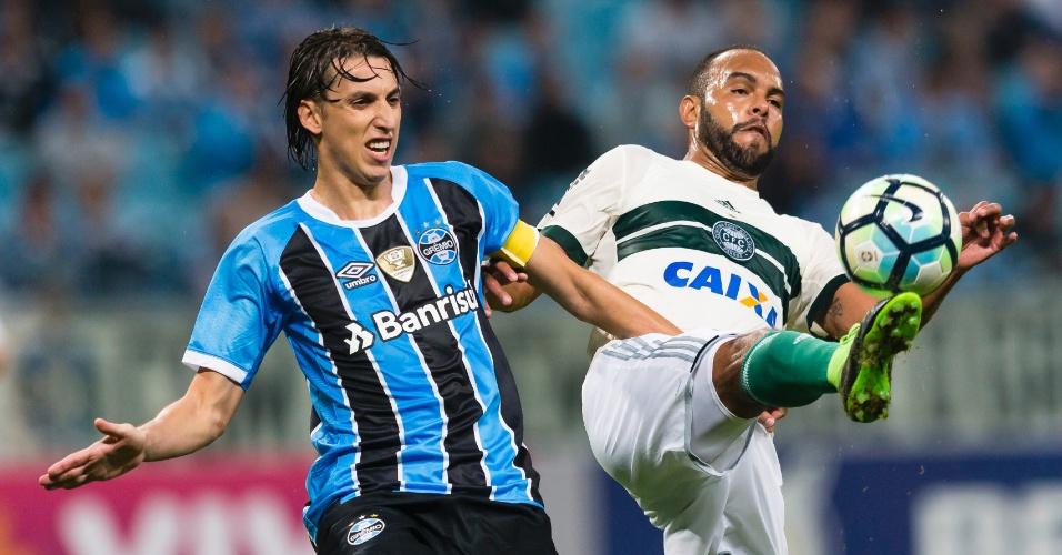 Alecsandro é acompanhado de perto por Pedro Geromel em Grêmio x Coritiba