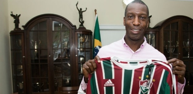 Michael Johnson posa com a camisa do Fluminense na assinatura do contrato
