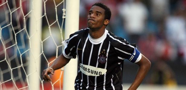 Betão comemora gol contra o São Paulo no ano do rebaixamento
