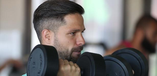 O meia Diego faz exercícios físicos em treino do Flamengo