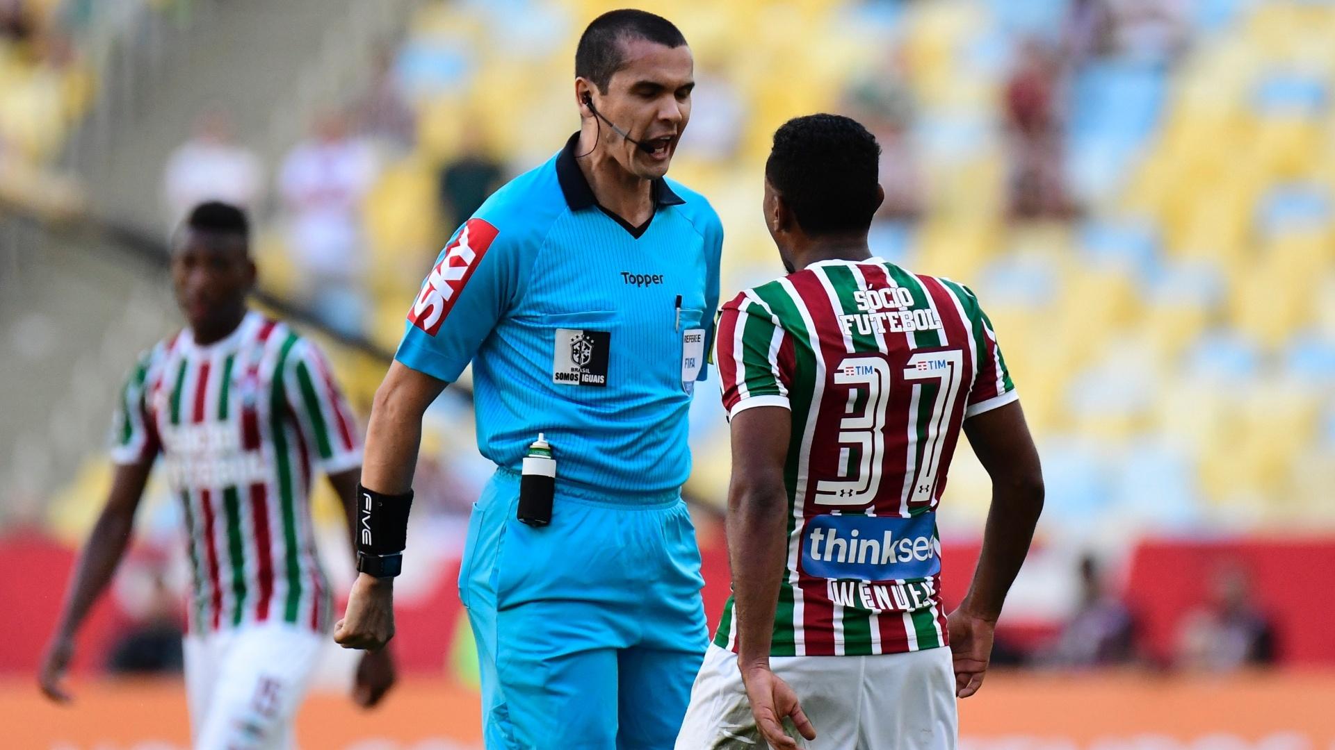 Wendel discute com árbitro Ricardo Marques Ribeiro durante Fluminense x Vasco