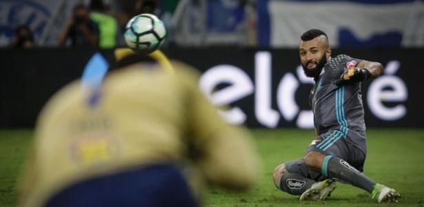 Alex Muralha em ação durante a disputa de pênaltis da final da Copa do Brasil