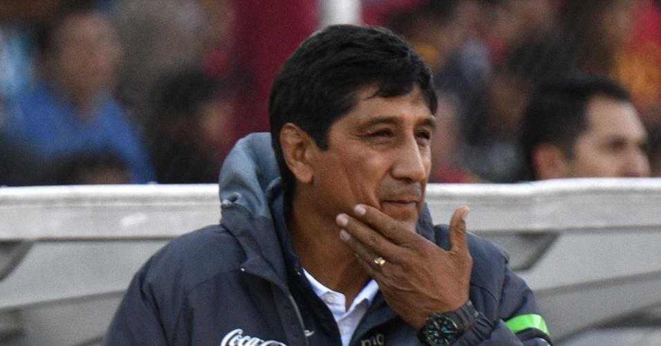 O técnico Mauricio Soria, da Bolívia, acompanha o jogo contra o Brasil