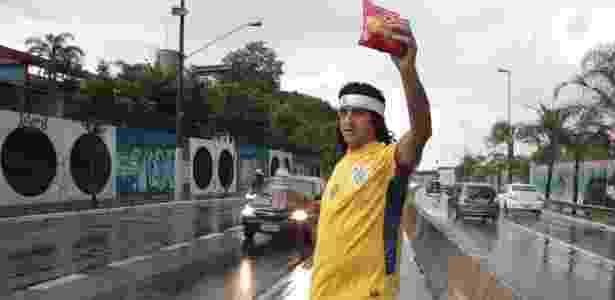 Ambulante se fantasia de Cássio para vender água e pipoca perto da Arena Corinthians - Marcio Komesu - Marcio Komesu