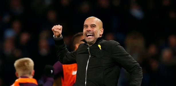 Guardiola, com o polêmico laço amarelo, comemora o gol do City contra o United - Andrew Yates/Reuters
