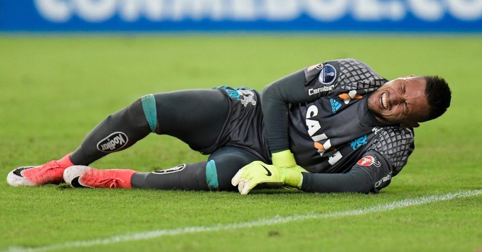 Diego Alves, goleiro do Flamengo, cai no chão sentindo dores