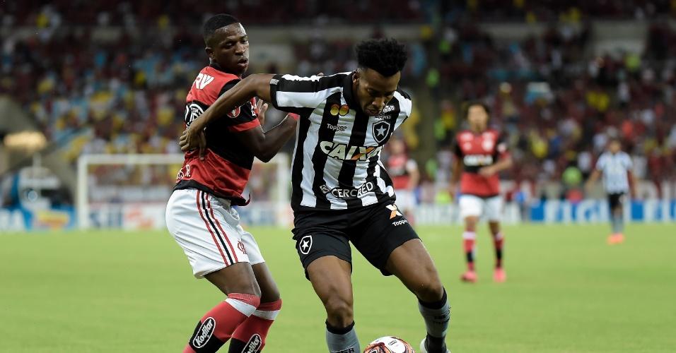 Vinicius Júnior e Moisés disputam a bola no clássico entre Flamengo e Botafogo