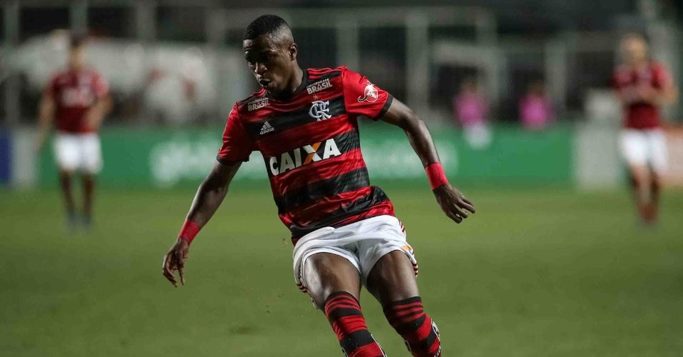 Vinicius Jr. domina bola durante Altético-MG x Flamengo