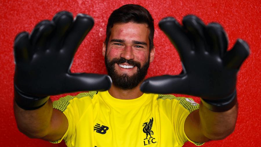 Anunciado na quinta, Alisson Becker posa com a camisa do Liverpool pela primeira vez - Andrew Powell