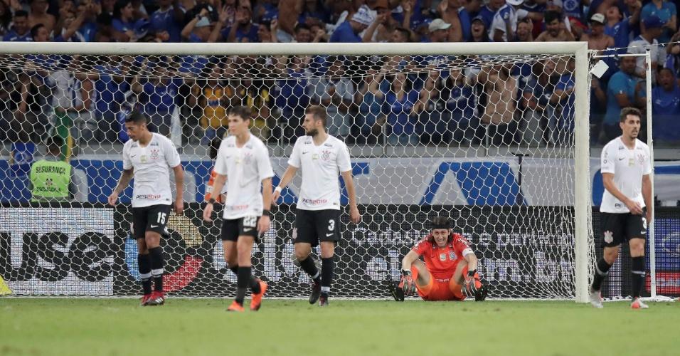 Jogadores do Corinthians lamentam gol sofrido na primeira final da Copa do  Brasil 1c4a786d158b9