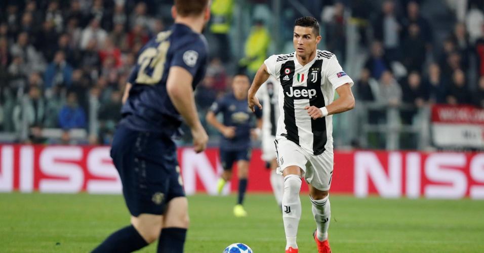 Cristiano Ronaldo avança com a bola dominada em duelo entre Juventus e  Manchester United a011f5876d679