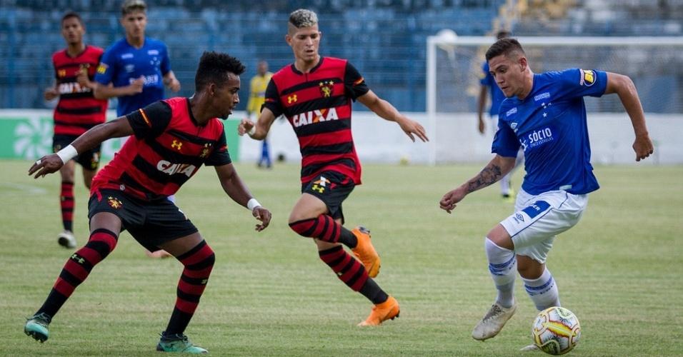 10137d8b4ec06 Jogadores de Cruzeiro e Sport disputam a bola pela Copa São Paulo