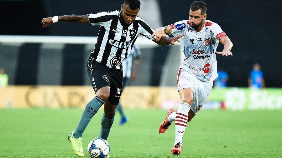 Alex Santana marocu primeiro gol e foi decisivo para vitória do Botafogo contra Campinense - Thiago Ribeiro/AGIF