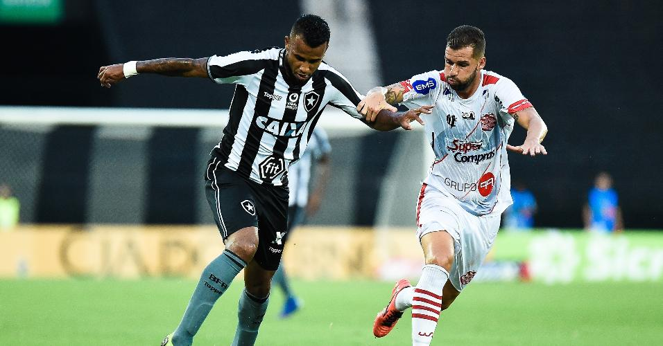 Alex Santana, do Botafogo, disputa a bola com Serginho, do Bangu