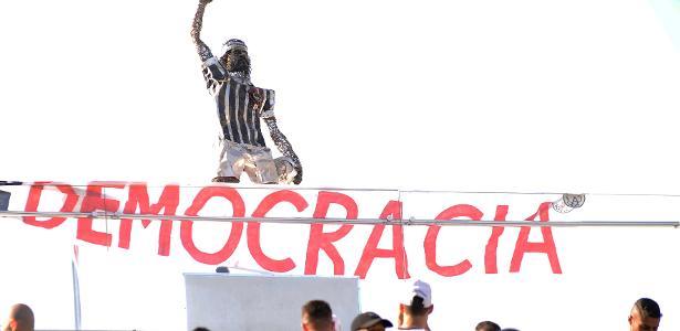 Corinthians expõe estátua de Sócrates e resgata faixa pró-Democracia de 1983 - Alan Morici/AGIF