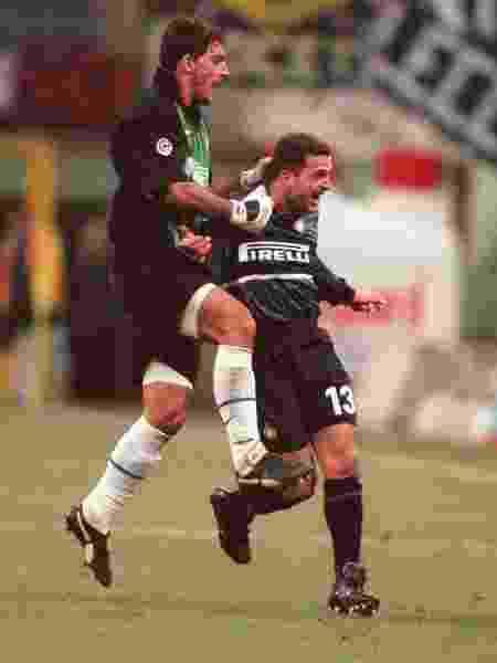 Zé Elias com o goleiro Gianluca Pagliuca na Inter de Milão - Matthew Ashton/EMPICS via Getty Images