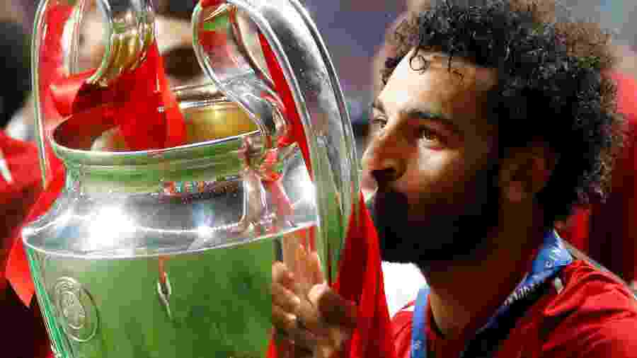 Mohamed Salah beija a taça da Liga dos Campeões  - Kai Pfaffenbach/Reuters