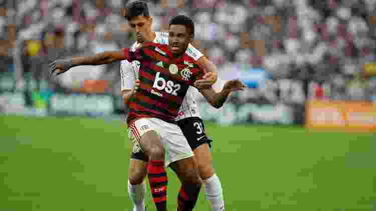 Vitinho protege a bola marcado de perto por Danilo Avelar - Daniel Vorley/AGIF