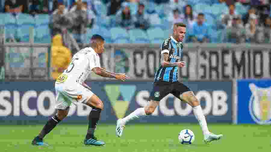 Luan tenta jogada durante duelo Grêmio e Corinthians, na Arena do Grêmio - Lucas Uebel/Grêmio FBPA