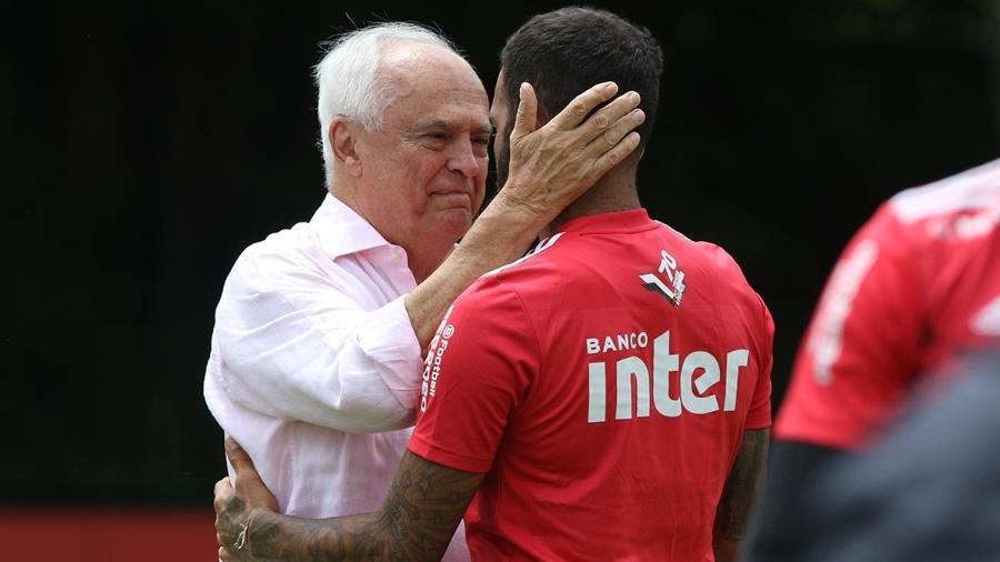 Carlos Augusto de Barros e Silva, o Leco, abraça Daniel Alves em treino do São Paulo - Rubens Chiri/saopaulofc.net