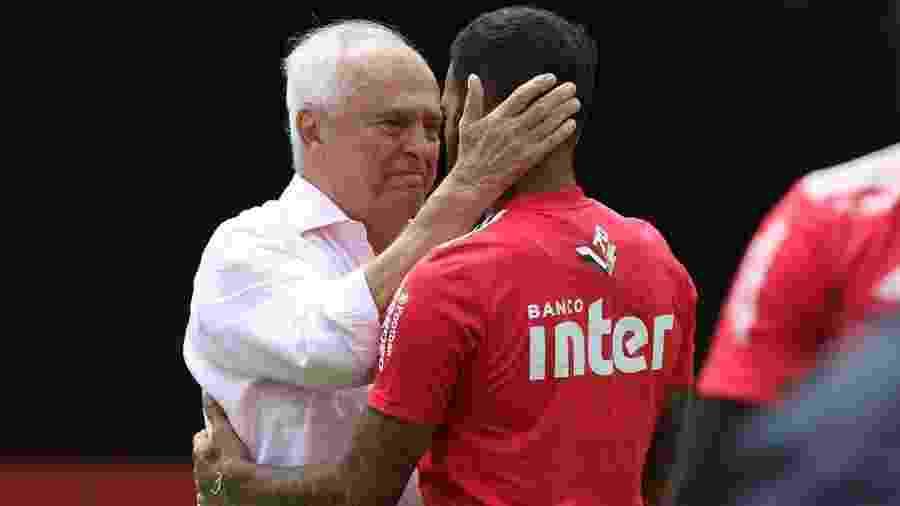 Carlos Augusto de Barros e Silva abraça Daniel Alves em treino do São Paulo. Presidente está no último ano do mandato - Rubens Chiri/saopaulofc.net