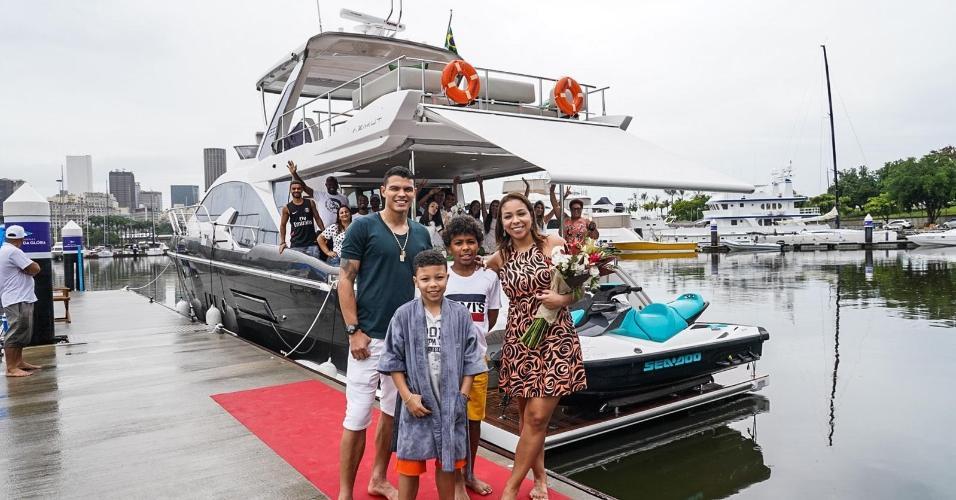 Família Silva em frente a Iate