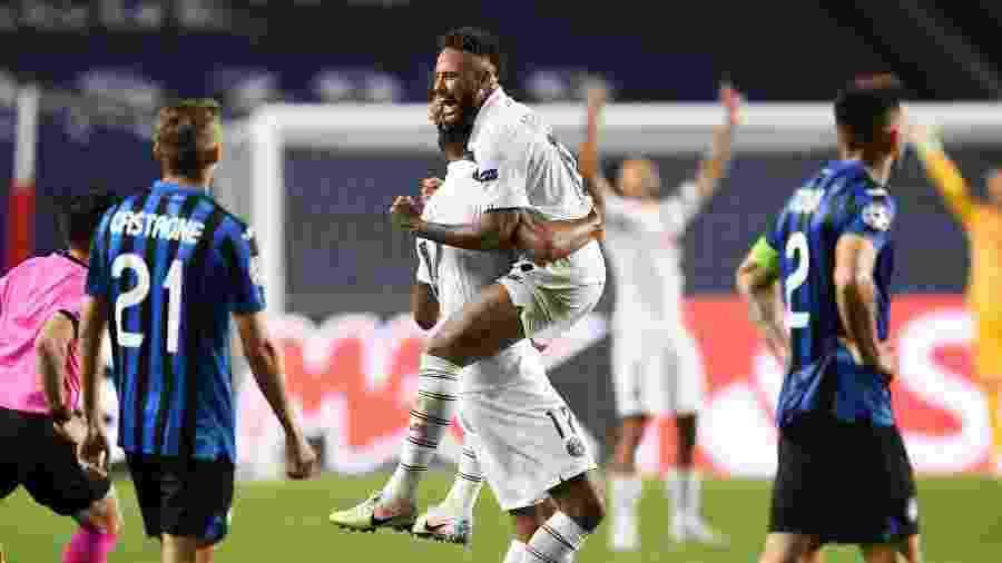 Neymar comemora virada do PSG sobre a Atalanta com Choupo-Moting, em jogo da Liga dos Campeões - David Ramos/Getty Images