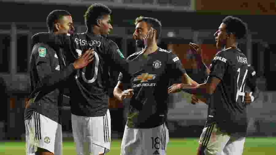 Jogadores do Manchester United comemoram gol contra o Luton Town - https://www.uol.com.br/esporte/futebol/ultimas-noticias/lancepress/2020/09/22/limite-de-30-para-cada-setor-e-aguardo-de-aval-da-cbf-rubens-lopes-fala-sobre-maraca-com-publico.htm