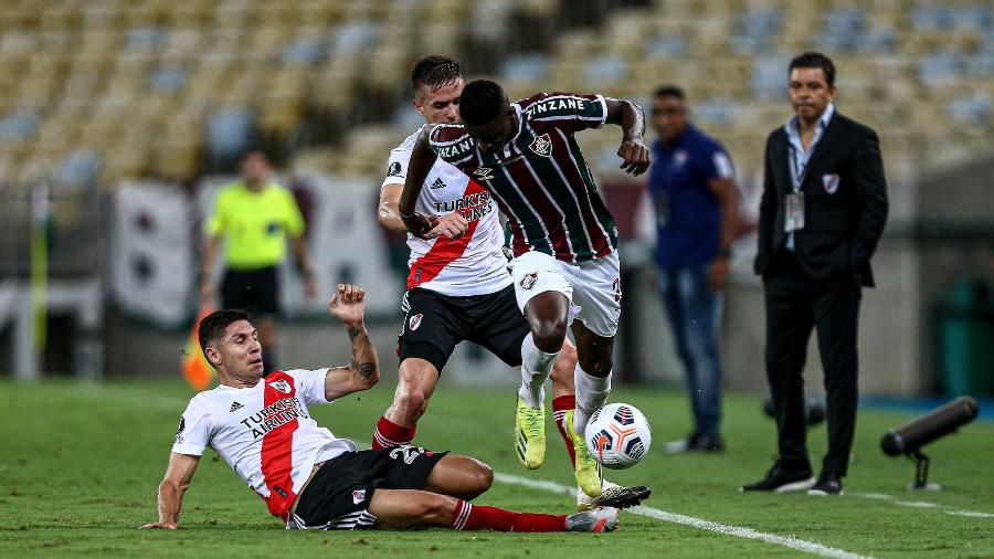 Luiz Henrique avança pela ponta e sofre combate de Enzo Pérez, Roger e Gallardo observam em Fluminense 1 x 1 River Plate - Lucas Mercon/Fluminense