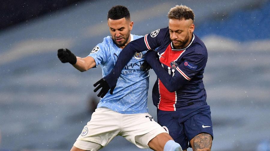 Mahrez e Neymar disputam lance durante City x PSG  - PAUL ELLIS/AFP
