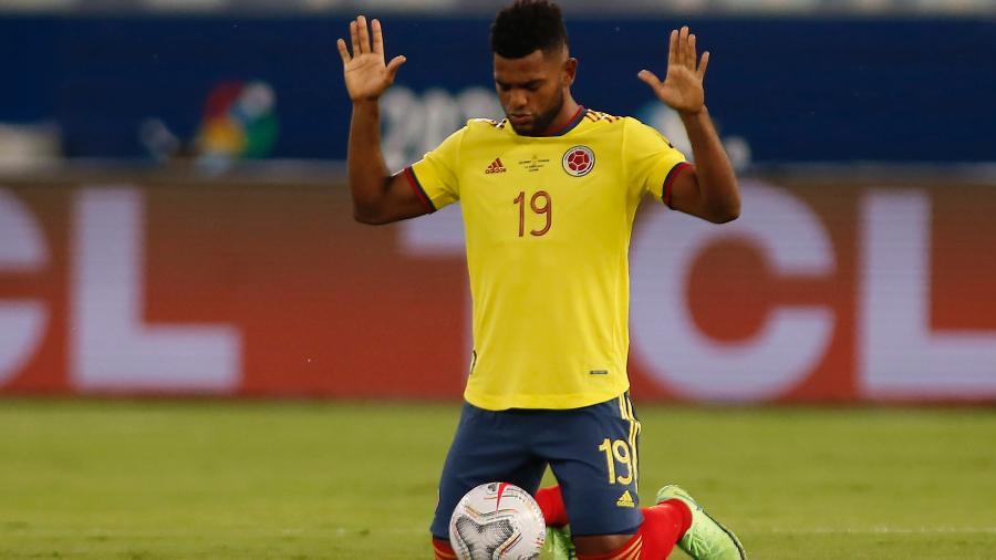 Miguel Borja reza antes de partida da Colômbia contra o Equador pela Copa América em Cuiabá - Miguel Schincariol/Getty Images
