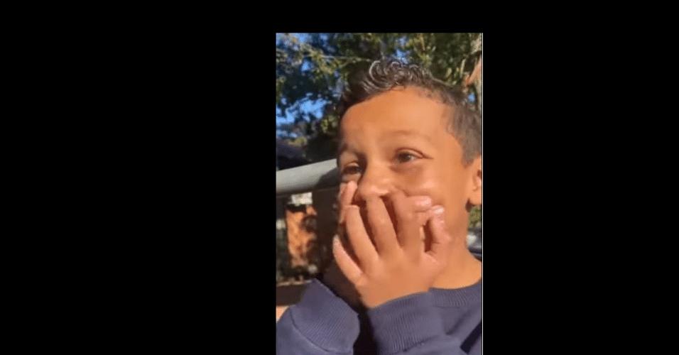 Filho de Edenílson chora ao saber da convocação do pai