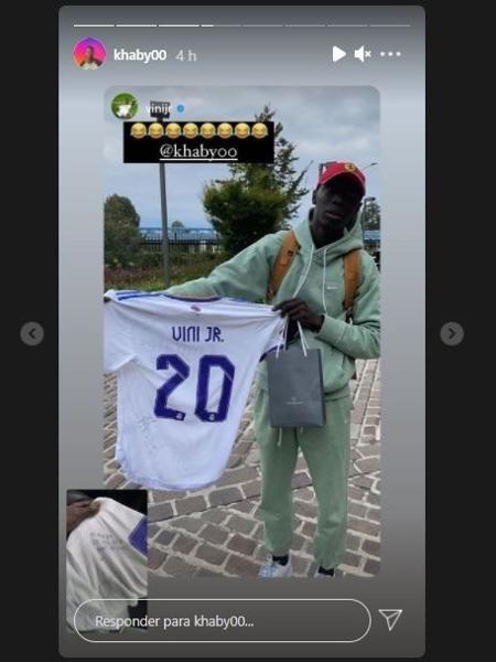 Khaby Lame segurando a camisa autografada de Vinícius Jr. - Reprodução/Instagram