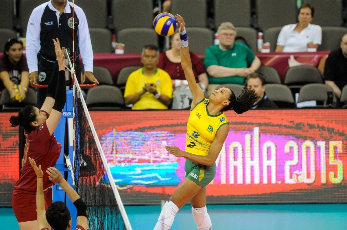 22.jul.2015 - Central Juciely ataca a bola em jogo da seleção brasileira contra a China, na abertura da fase final do Grand Prix de vôlei feminino.