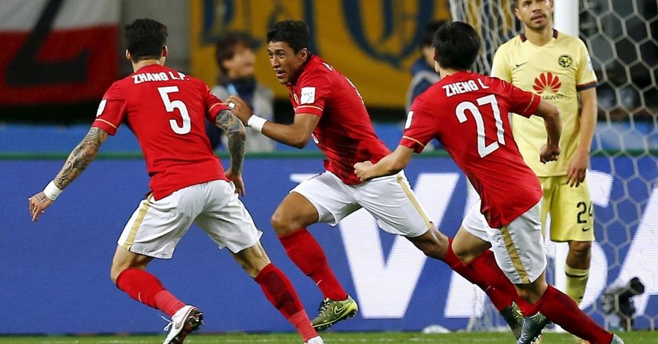 13.dez.2015 - Paulinho comemora após marcar, nos acréscimos, o gol da vitória por 2 a 1 (de virada) do Guangzhou Evergrande sobre o América-MEX no Mundial de Clubes