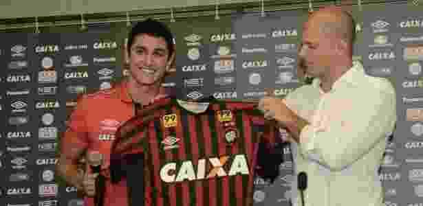 Meia Vinícius e Atlético entraram em atrito após reunião - Gustavo Oliveira/Site Oficial do Atlético-PR
