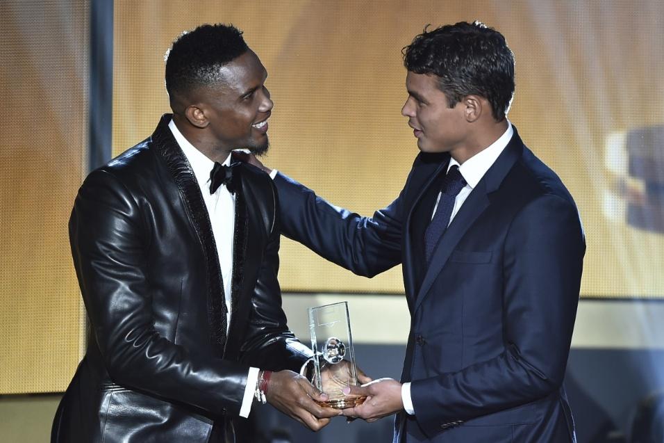 Thiago Silva recebe das mãos de Eto'o o prêmio como um dos melhores defensores de 2015