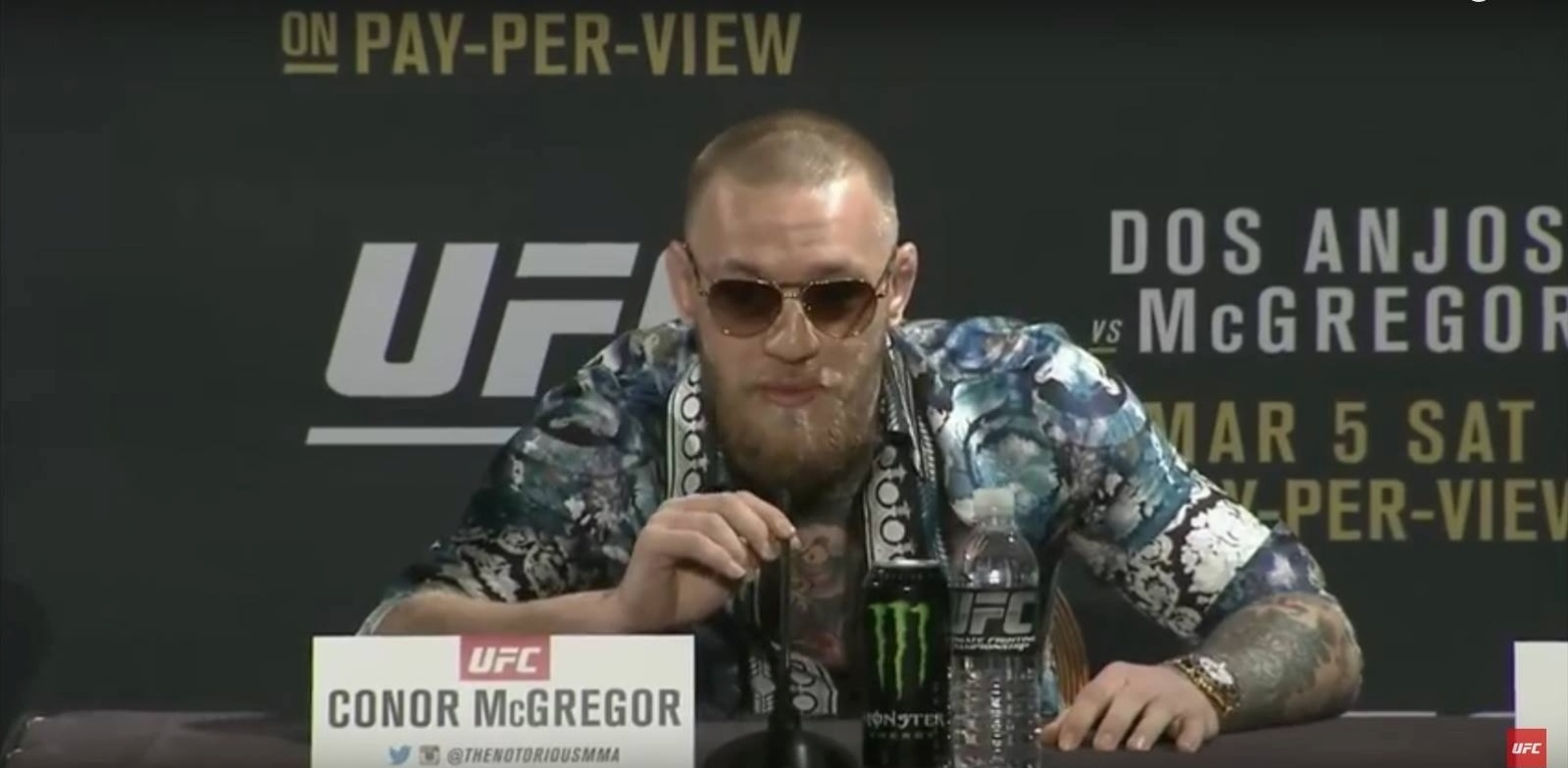 McGregor durante coletiva do UFC 197