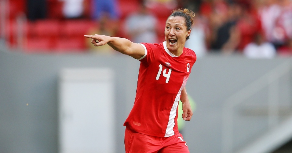 A canadense, Melissa Tancredi, comemora os dois gols marcados diante da Alemanha